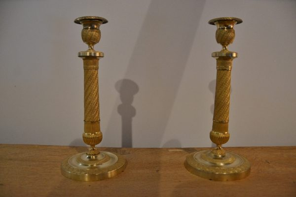 Paire de bougeoirs en bronze doré style restauration