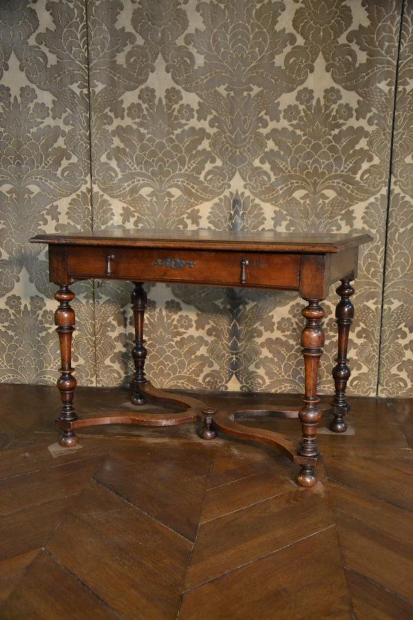 Table de style Louis XIII en noyer