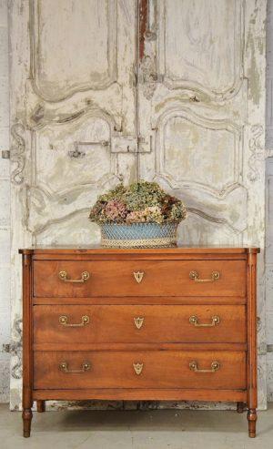 commode louis xvi ancienne époque style noyer 18ème siècle xviii xviiième france french bronze écusson cannelure