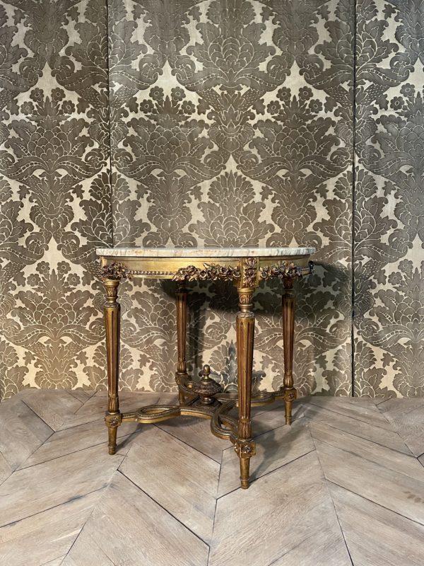Guéridon en bois doré à la mixtion de style Napoléon III.